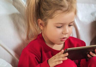 Dziecko uzależnione od smartfona